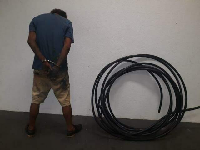Cleber Miller Miguel da Silva ao lado dos fios que carregava. (Foto: Divulgação/Guarda)