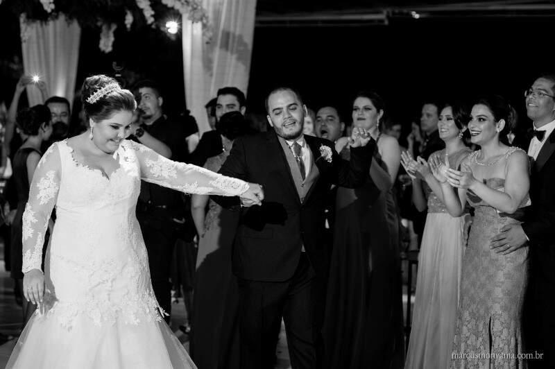 Na pista de dança, os noivos são recebidos com palmas e carinho. (Foto: Marcus Moriyama)
