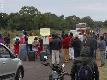 Em protesto contra falta de água, indígenas bloqueiam rodovia há 2 dias