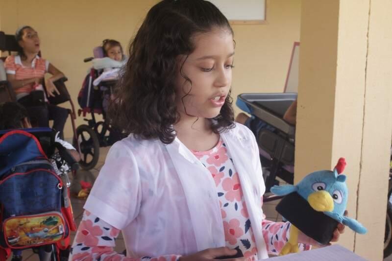 Galinha Pintadinha e faixas de velcro foram o estímulo ensinado pelo pediatra dela.
