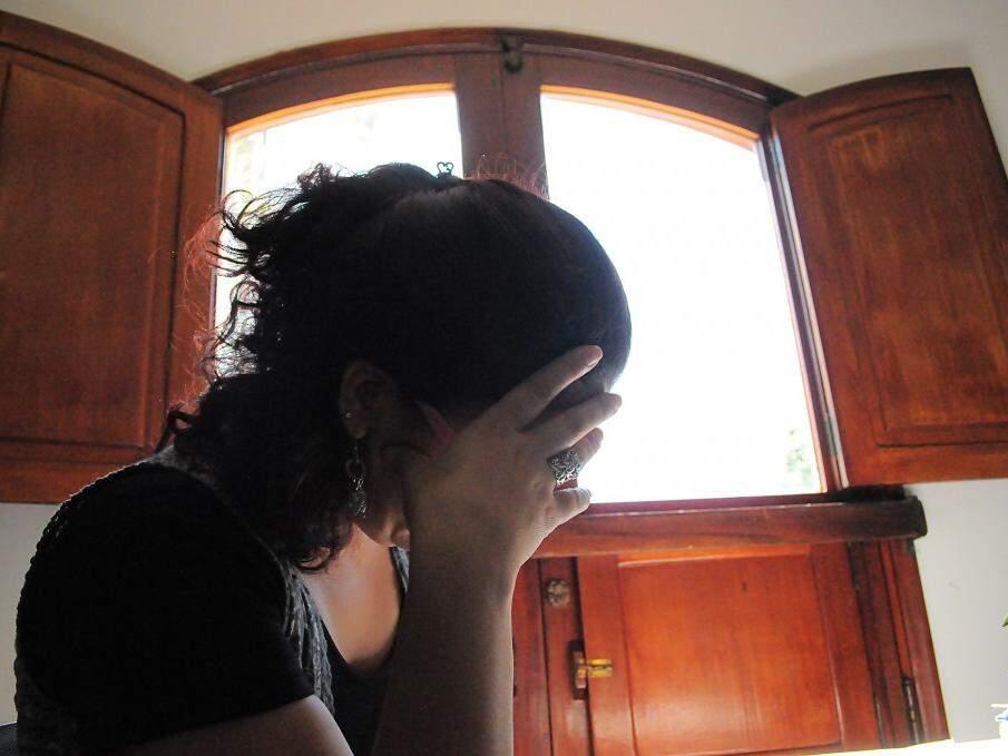 Operadora de caixa, de 36 anos, ainda chora quando lembra dos anos de horror (Foto: Edemir Rodrigues)
