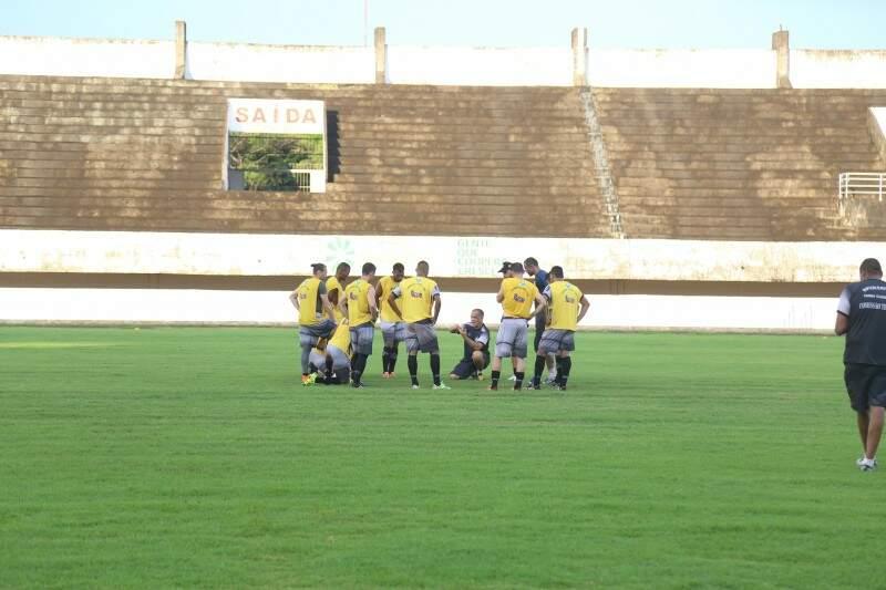 Celso Teixeira (acachado) orienta jogadores durante treino no Morenão. (Foto: Fernando Antunes)