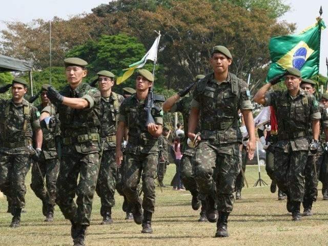 Soldados do CMO celebrando o 25 de agosto. Concurso literário fará homenagem. (Foto: Marcos Ermínio/Arquivo)