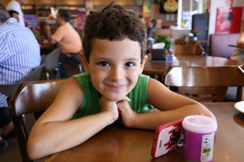 Aos 6 anos, Gabriel distribui gentileza por onde passa (Foto: Kísie Ainoã)