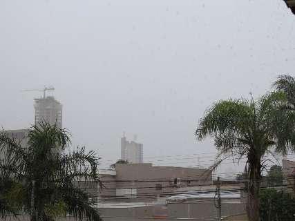 Neblina muda paisagem da Capital, que registra chuva neste domingo