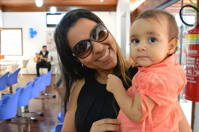 Música chamou atenção de Cátia e da filha de um ano.