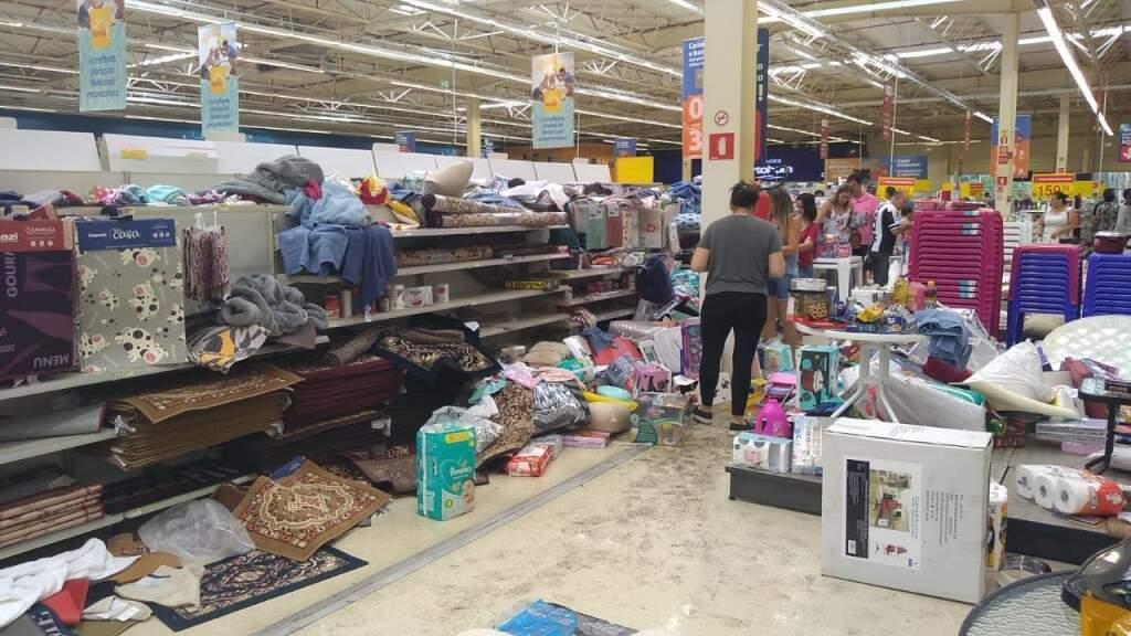 Muita bagunça pelos corredores do supermercado (Foto: Clayton Neves)