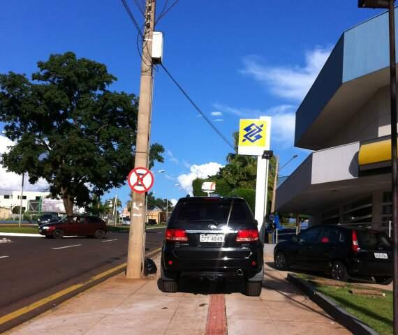 PEDESTRE NÃO TEM VEZ - Risco de multa de R$ 127 e perda de 5 pontos na CNH não assusta condutores. (Foto: Repórter News)