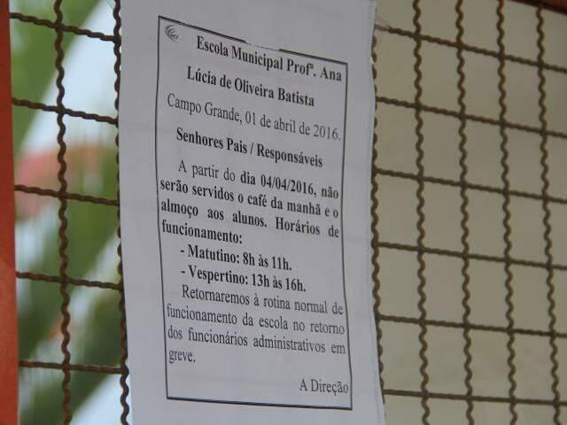 Aviso no portão da escola informa que não será servido refeições até o fim da greve (Foto: Marcos Ermínio)