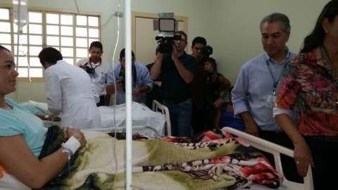 Governador visita pacientes após cirurgia e fala de espera na saúde