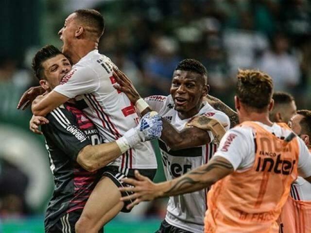 Tiago Volpi defendeu dois pênaltis e teve papel decisivo na vitória Tricolor sobre o Palmeiras. (Foto: Rubens Chiri/saopaulofc.net)