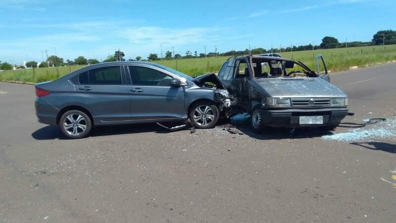 Apesar da força do impacto, o condutor do Elba teve apenas escoriações. (Foto: Direto das Ruas)