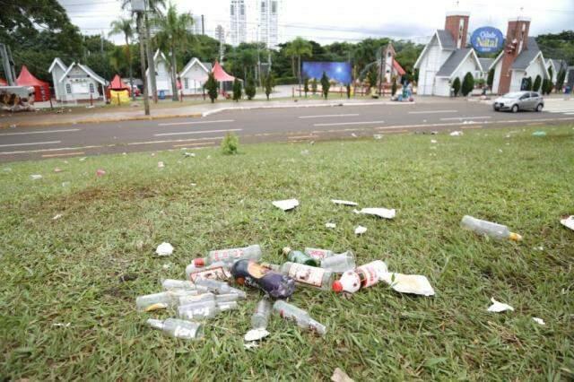 Lixo composto, em sua maria de garrafas e copos. (Foto: Paulo Francis)