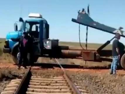 Protesto de caminhoneiros avança e bloqueia até a passagem de trem
