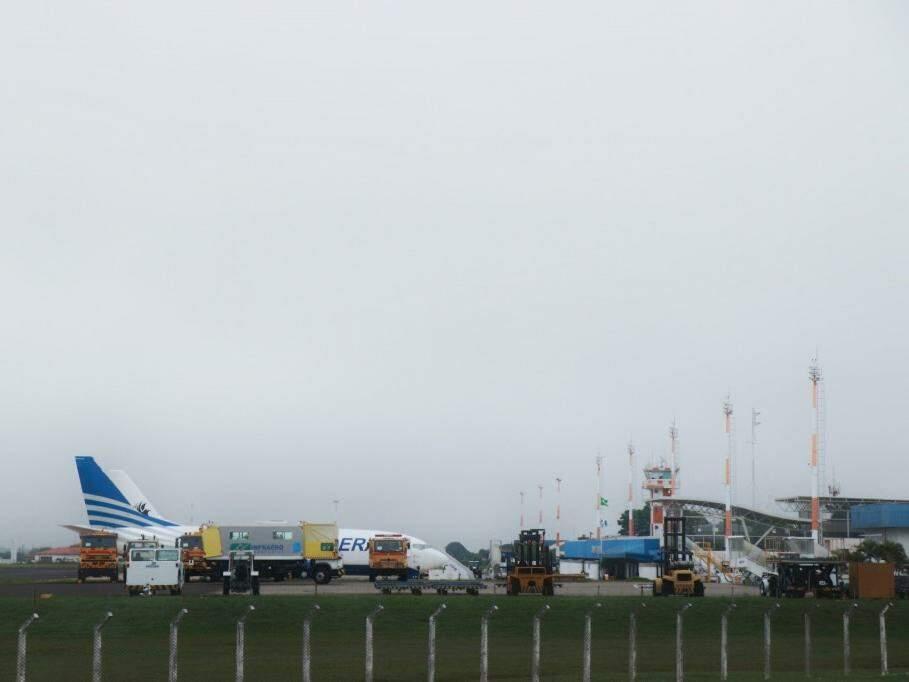 Neblina que encobriu o céu da Capital na segunda-feira fez aeronaves ficarem paradas na pista do aeroporto esperando para decolar (Foto: Henrique Kawaminami/Arquivo)