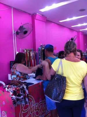 Tem conjunto infantil por R$ 10,00, short por R$ 15,00, saias e vestidos por R$ 20,00. Foto Divulgação