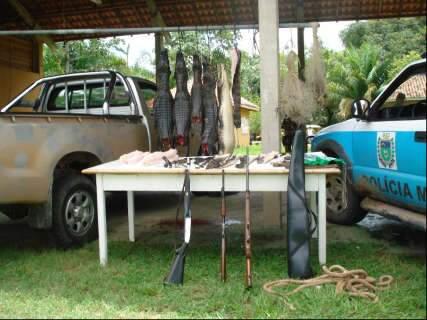 Homens presos após caçada de jacarés pagam fiança e são soltos