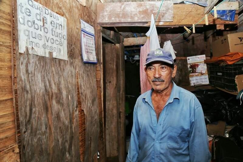 """""""Que Deus te dê em dobro tudo que você me deseja"""", diz recado no barraco de  João. (Foto: Fernando Antunes)"""
