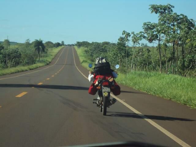 Veículo onde a funcionária pública era passageira se aproxima da moto.