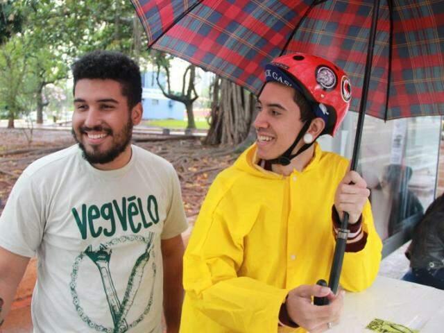 Paulo e Matheus encararam a chuva de ontem para levar comida vegana até o centro da Capital (Foto: Fernando Antunes)