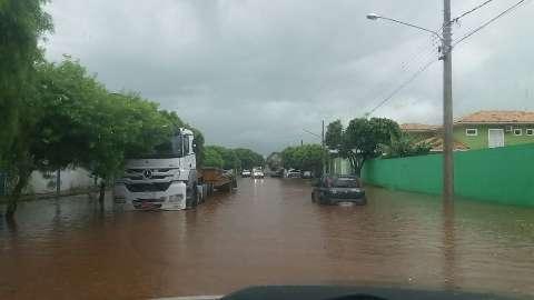 Chuva alaga ruas do centro e danifica ponte na região rural de Bonito