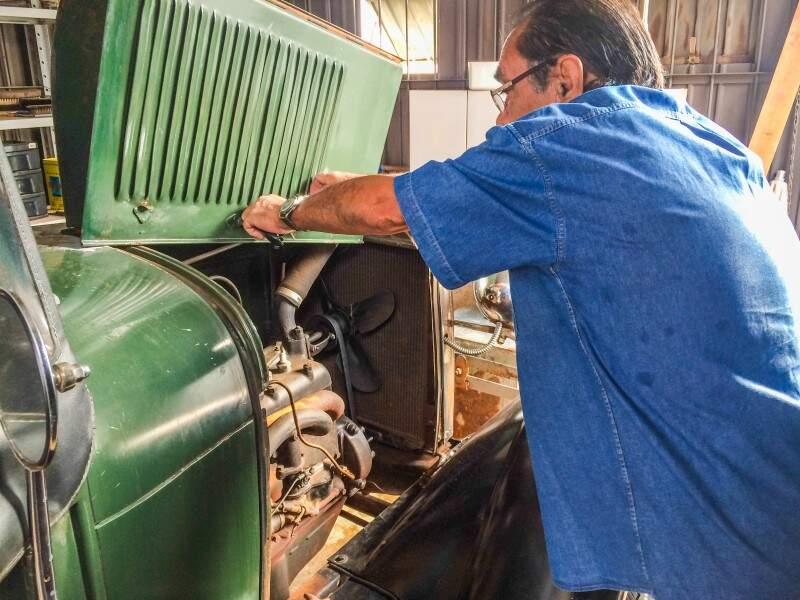 Guilherme mostra o motor original do veículo. (Foto: Thailla Torres)