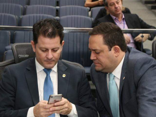 Deputados Renato Câmara (MDB) e Márcio Fernandes (MDB), durante sessão (Foto: Victor Chileno/ALMS)