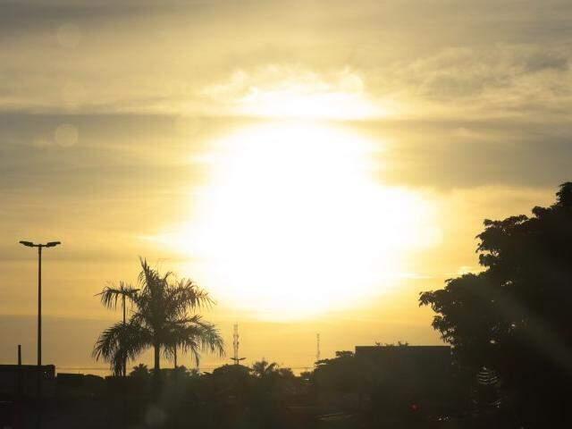 Sol voltou a aparecer em Campo Grande na manhã deste sábado (2). (Foto: Henrique Kawaminami)