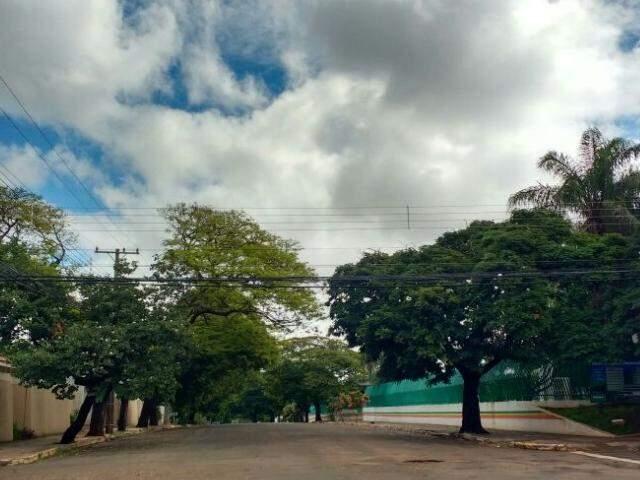 Céu nublado na região central de Campo Grande nesta sexta-feira (Foto: Amanda Bogo)