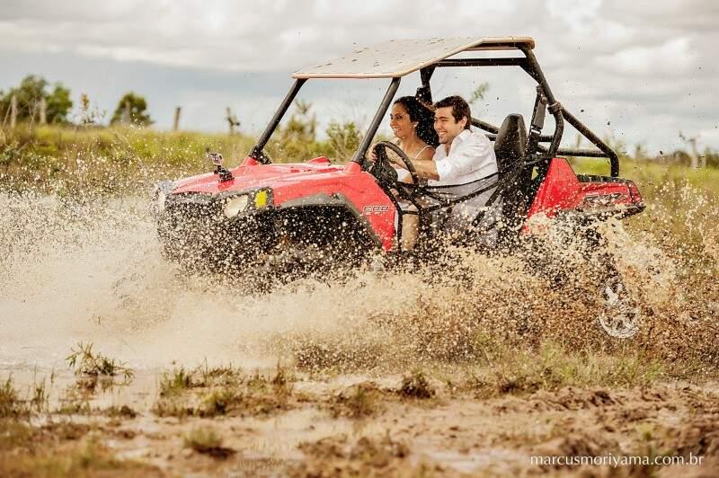 A brincadeira começou quando o noivo passou a dirigir. (Foto: Marcus Moriyama)