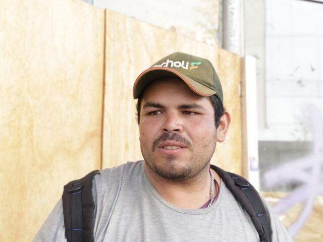 Jeferson Cristiano é vendedor ambulante (Foto: Kisie Ainoã)