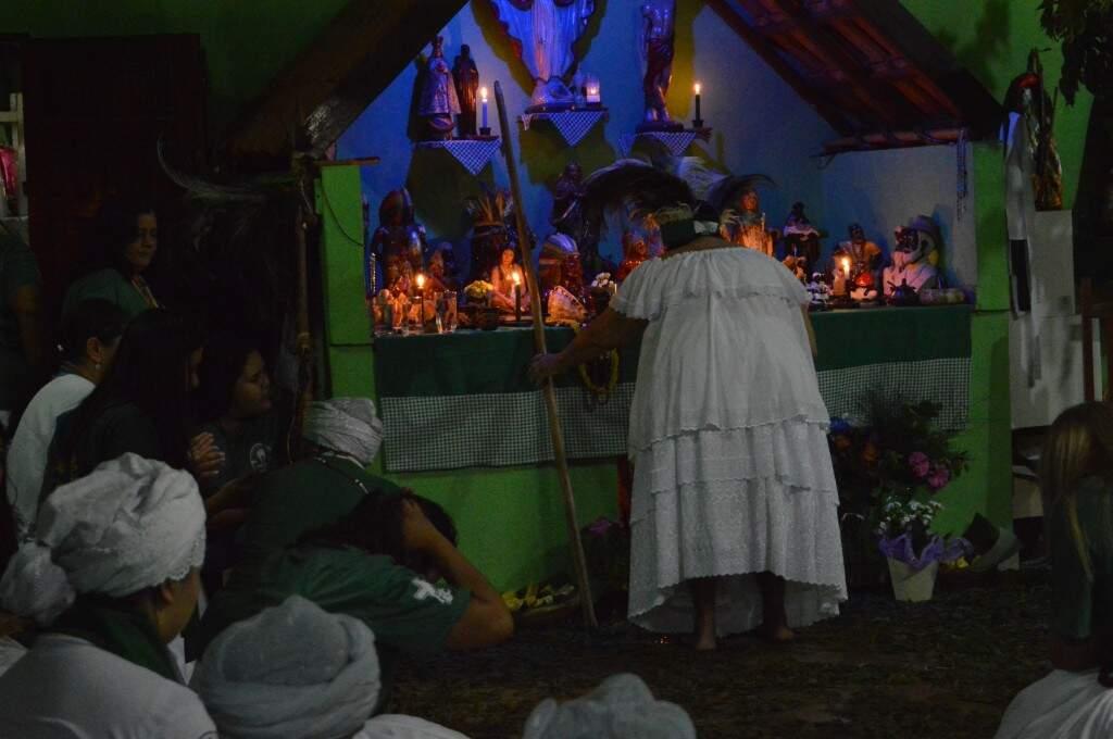 A mãe de santo Eva sendo abençoada pela santidade (Foto: Danielle Matos)
