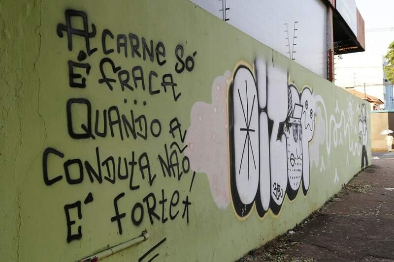 Mensagem faz parte do grafite na Antônio Maria Coelho...