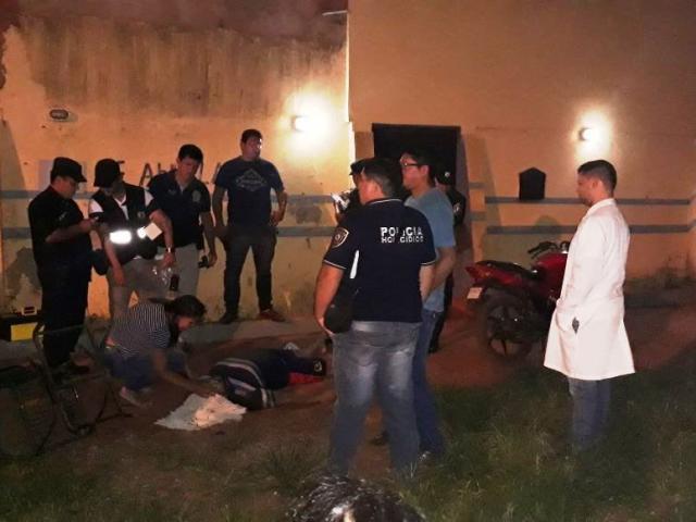 Policiais durante a ocorrência de duplo homicídio na fronteira (Foto: Porã News)