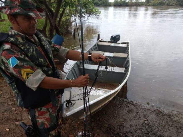 Policial militar ambiental segurando um dos petrechos apreendidos durante operação (Foto: Divulgação/PMA)