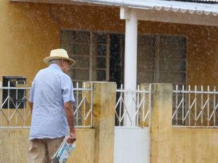 Após manhã com céu nublado, chove em alguns pontos de Campo Grande
