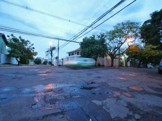 Dia amanheceu fechado em Campo Grande, mas sol aparece entre nuvens ao longo do dia (Foto: André Bittar)