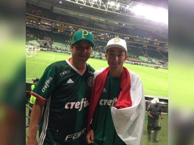 Vinicius e o pai assistiram jogo do campeonato paulista na Arena Palmeiras. (Foto: Arquivo pessoal)