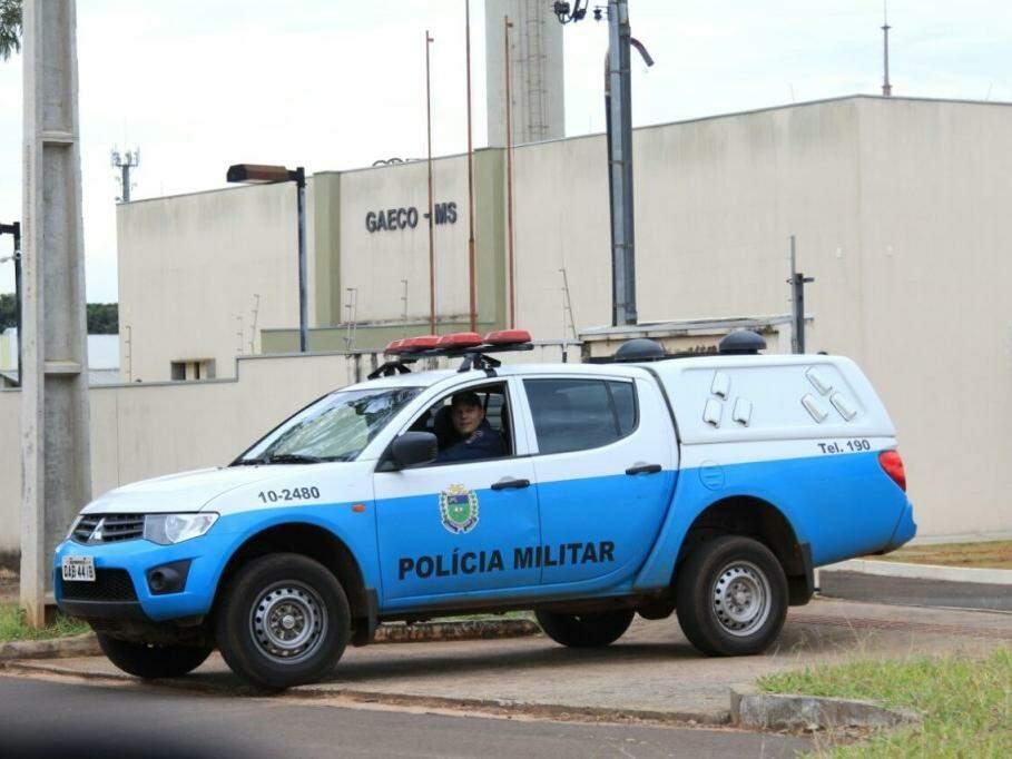 Viatura da PM deixando a sede do Gaeco em Campo Grande; pelo menos 200 policiais militares dão apoio à força-tarefa (Foto: Marina Pacheco)