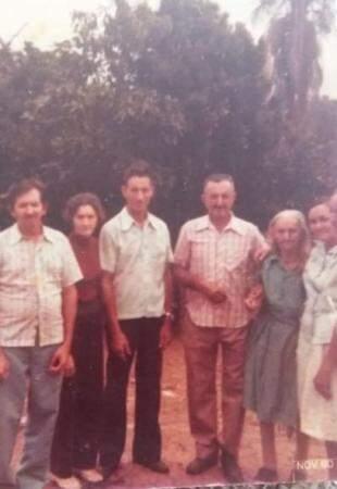 Década de 80. Da esquerda para direita, Moisés, Otacilia, Custódio, Firmino, Elisa, Orminda e Valentina que saiu cortada na foto. (Foto: Arquivo Pessoal)
