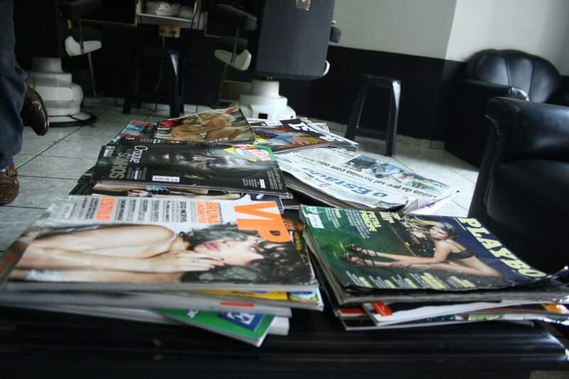 Entre os jornais diários e revistas de notícias, VIP e Playboy estão meio 'escondidas'.