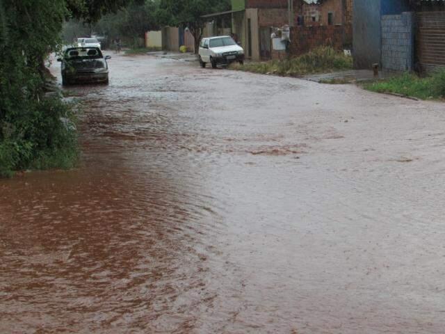 Rua completamente alagada pela água da chuva nesta sexta-feira no interior (Foto: Rodrigo Rodrigues)