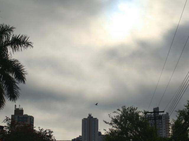 Céu amanheceu nublado em Campo Grande. (Foto: André Bittar).