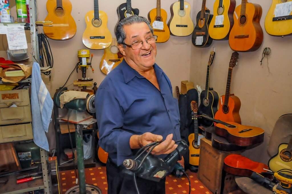 A loja na Dom Aquino já tem mais de 10 anos, durante esse tempo, Acir já restaurou milhares de instrumentos. (Foto: Paulo Francis)