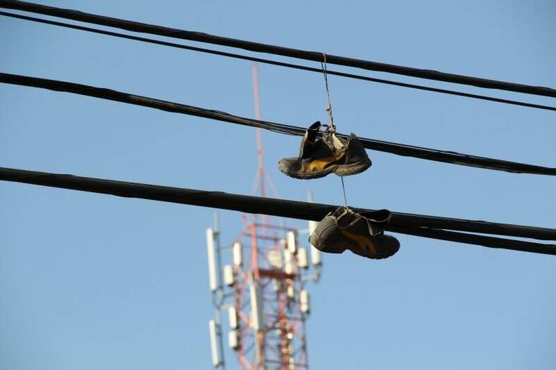 Tênis e outros objetos são encontrados constantemente na fiação elétrica. (Foto: Marcos Ermínio)