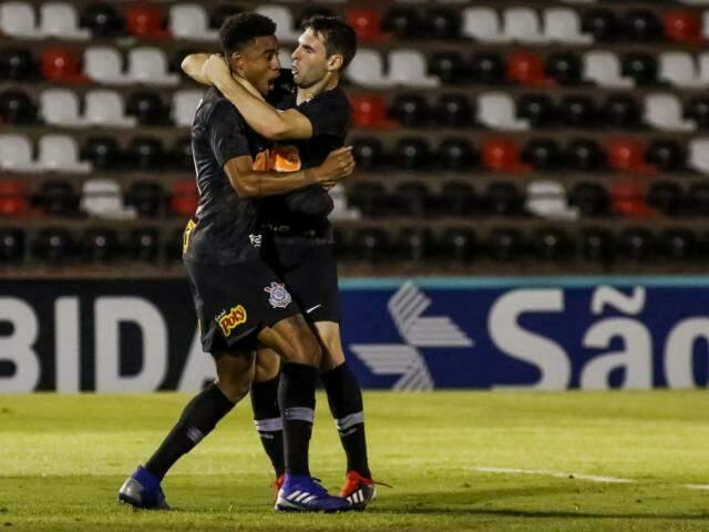 Gustavo e Boselli celebram gol em Ribeirão Preto (Foto: Rodrigo Gazzanel/ Agência Corinthians)