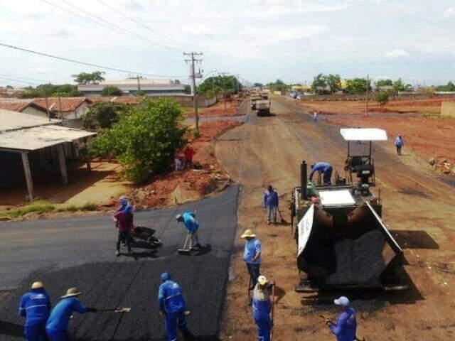 Homens trabalham em trecho de avenida localizada na região norte da cidade (Foto: PMCG/Divulgação)