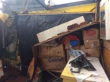 Forte temporal atinge favela e destrói barracos no bairro Portal Caiobá