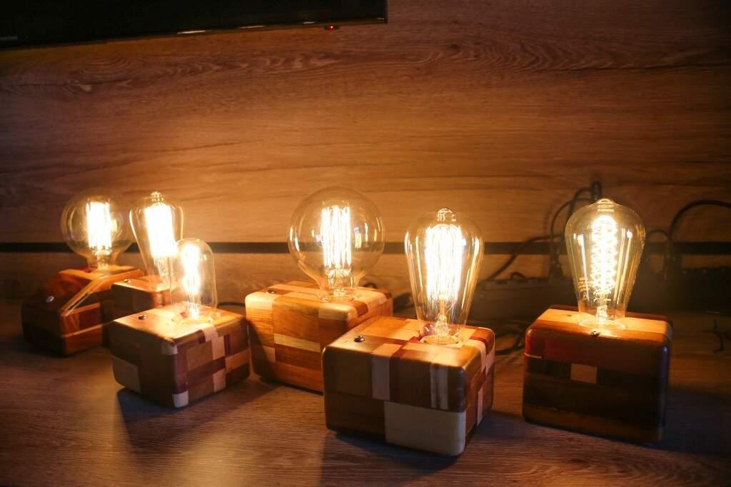 Cada luminária custa entre R$ 230 e R$ 250 reais, feitas em madeira, é possível regular a intensidade da luz (Foto: Paulo Francis)