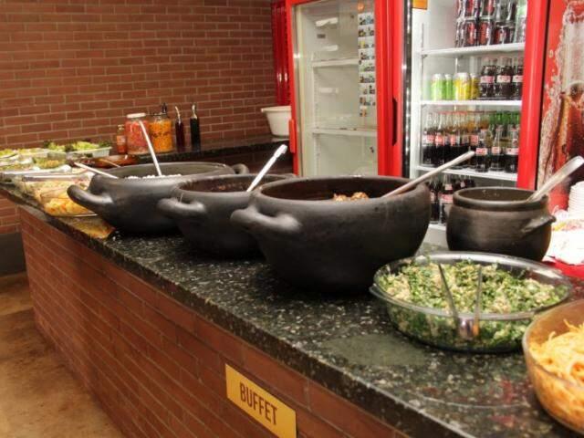 Desde quando era na casa, restaurante sempre serviu nas panelas. (Foto: Marcos Ermínio)